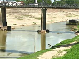 """Homem diz que baixo nível do Rio Acre trouxe """"sorte"""" na pescaria (Foto: Reprodução/Rede Amazônica Acre)"""