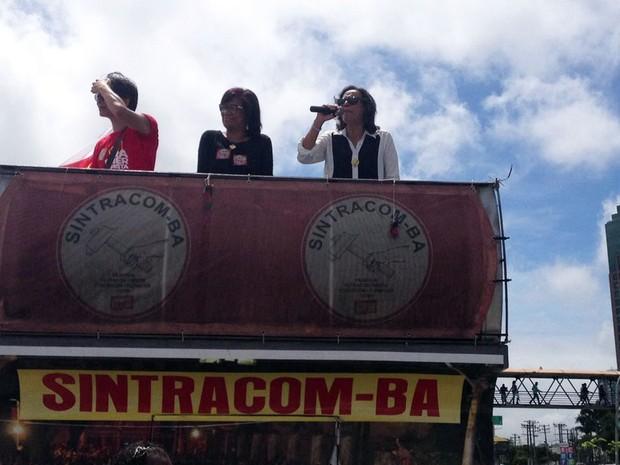 Líderes sindicais discursam em carro de som em frente ao Shopping da Bahia (Foto: Rafael Teles/G1)
