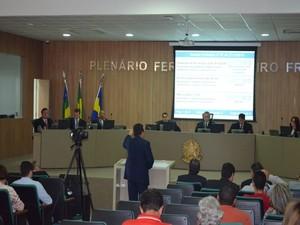 Defesa de Maria Mendonça argumenta no plenário do TRE (Foto: Tássio Andrade/G1)