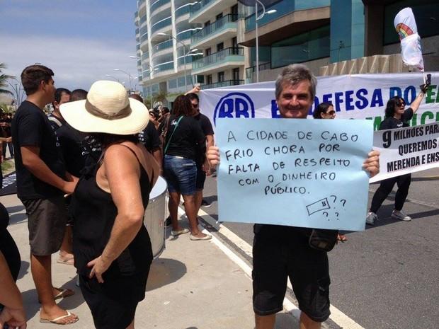 Vestidos de preto, manifestantes levaram faixas de protesto (Foto: keetherine Giovanessa)
