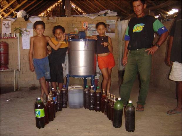 Família camponesa de Campos Lindos em 2006 mostrando a produção de mel (Foto: Divulgação/CPT)