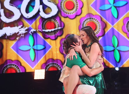 Brenno Leone dá beijão em Rachel Drodowsky no forró do 'Dança dos Famosos'
