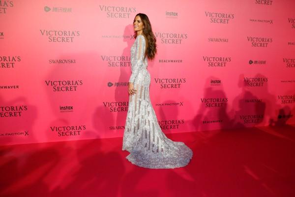 Alessandra Ambrósio usa vestido arrasador em festa pós-desfile