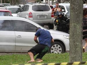 Sequestrador cai ao ser atingido por mais balas de borracha  (Foto: Vianey Bentes/TV Globo)