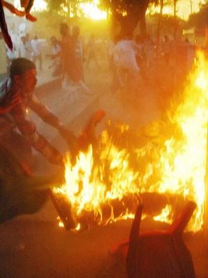 Expectadores indianos tentam conter o incêndio do estúdio  (Foto: STR/ AFP)
