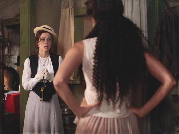Laura pede que Isabel aceite ajuda de Albertinho (Foto: Lado a Lado/Tv Globo)