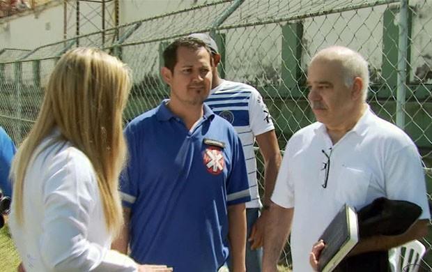 Torcedor médico recebe as instruções antes de ajudar como voluntário (Foto: Reprodução EPTV / Marcelo Rodrigues)