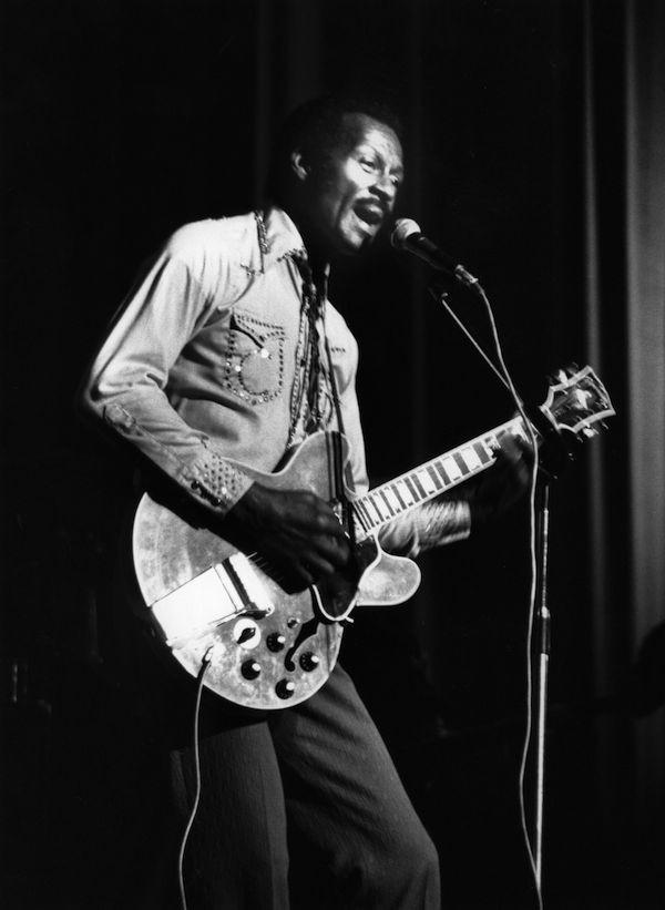 O músico Chuck Berry durante um show em 1977 (Foto: Getty Images)