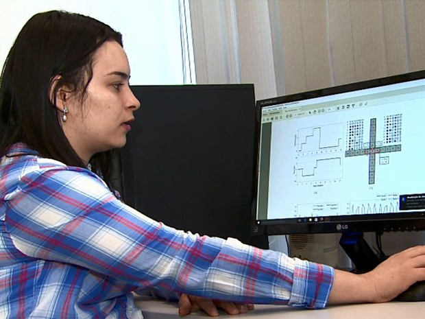 A pesquisadora Ariadne de Andrade Costa mostra o programa de pesquisa com os ratos virtuais (Foto: Valdinei Malaguti/EPTV)