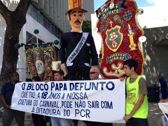 Representantes de blocos carnavalescos do Recife seguram faixas em protesto contra limitações impostas pela prefeitura. (Foto: Kety Marinho/TV Globo)