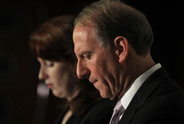 Richard Haass e Meghan O'Sullivan conversam com a imprensa após fracasso no acordo (Foto: Peter Muhly/AFP)