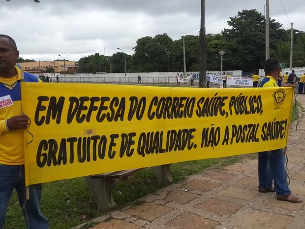 Manifestantes aguardam chega de Dilma Rousseff no Piauí (Foto: Marco Freitas/G1)
