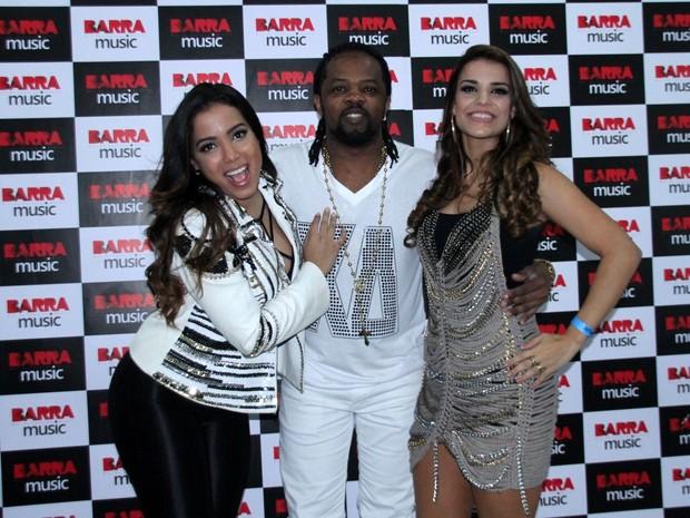 Anitta, Xande de Pilares e Mari Antunes em show do Harmonia do Samba no Rio (Foto: Graça Paes/ Foto Rio News)