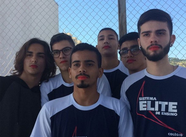 Alunos do colégio Elite, em Nova Iguaçu, saem em apoio ao Diego  (Foto: Reprodução Twitter)