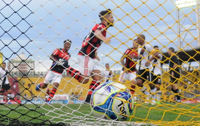 Resultado de imagem para por todos os ângulos o gol de Diego contra o Vasco
