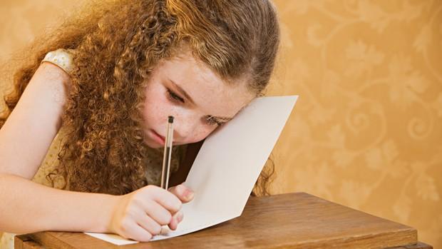 menina; escrita; escrevendo; à mão; caderno; aprendizado; escola; estudo (Foto: Thinkstock)