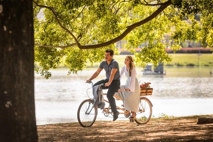 Isabelle Drummond e Thiago Martins gravam passei de bicicleta no Parque Ibirapuera (Foto: Ramon Vasconcelos / Globo)