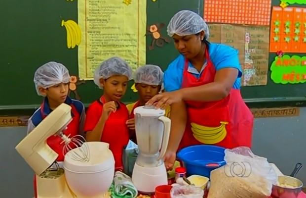 Receita de bolo de casca de banana é preparada dentro de sala de aula, em Jataí, Goiás (Foto: Reprodução/TV Anhanguera)