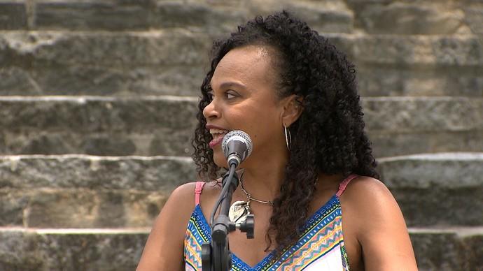 Clécia Queiroz fala do poder da mulher no samba (Foto: TV Bahia)