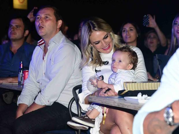Thaís Pacholek com o filho, Luis Miguel, em show em São Paulo (Foto: Leo Franco/ Ag. News)