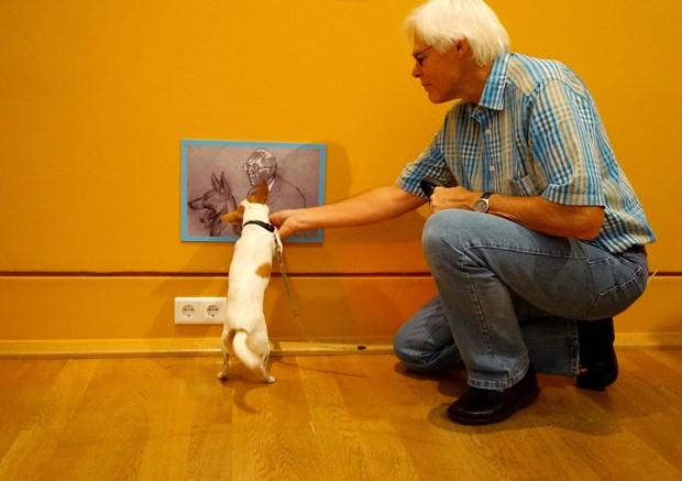 """Cachorros se comportaram durante visita ao museu, mas interesse na arte teve que ser """"comprado""""  (Foto: Clarissa Neher)"""