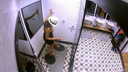 Depois de dançar muito, Vivian lava os pés