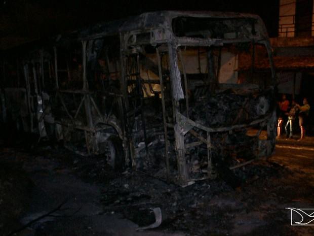 Ônibus foi atacado na Vila Conceição, no bairro Coroadinho, em São Luís (Foto: Reprodução/TV Mirante)