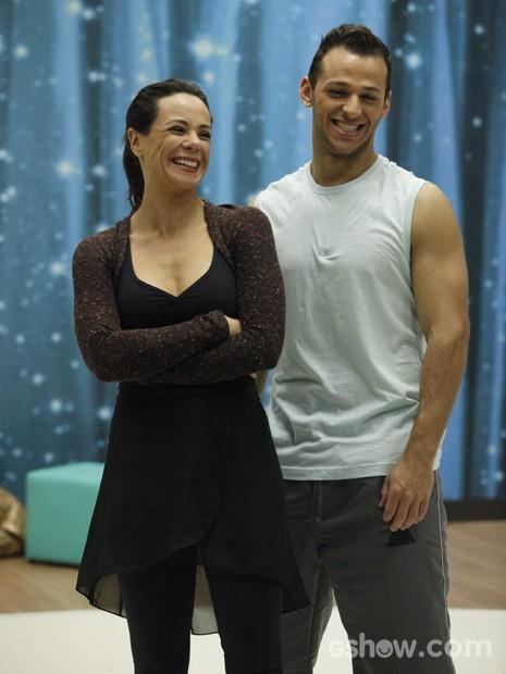 A atriz se diverte em ensaio (Foto: Raphael Dias/ TV Globo)