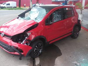 Carro ficou destruído após cair ao bater em teto de posto (Foto: Renato Teixeira/TEM Você)