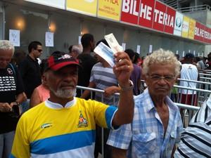 torcedores com ingresso do ba-vi da fonte nova (Foto: Thiago Pereira/Globoesporte.com)