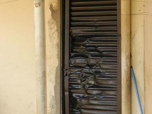 Porta da residência foi destruída pelo ex-companheiro da vítima (Foto: Wellington Roberto)