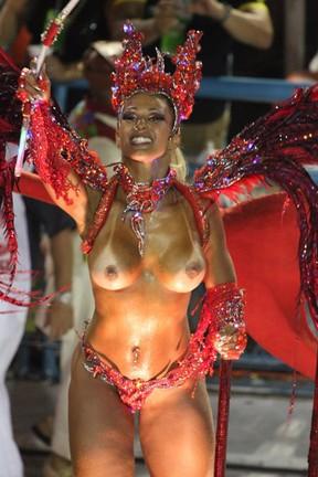 Valesca Popozuda desfila pelo Salgueiro com seios de fora (Foto: Marcos Ferreira / Photo Rio News)
