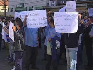 Com cartazes, motoristas caminharam pela Avenida Rodrigues Alves (Foto: Reprodução/TV Tem)