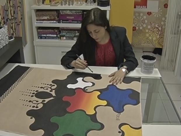 Artista mariliense começou a pintar depois de retirar um tumor do cérebro. (Foto: Reprodução/TV Tem)