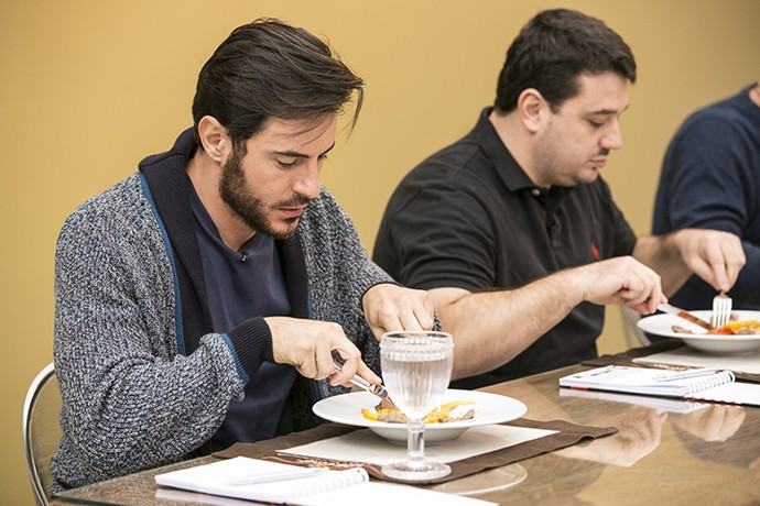 Ricardo Tozzi avalia os pratos na prova da Panela de Pressão (Foto: Ellen Soares/Gshow)