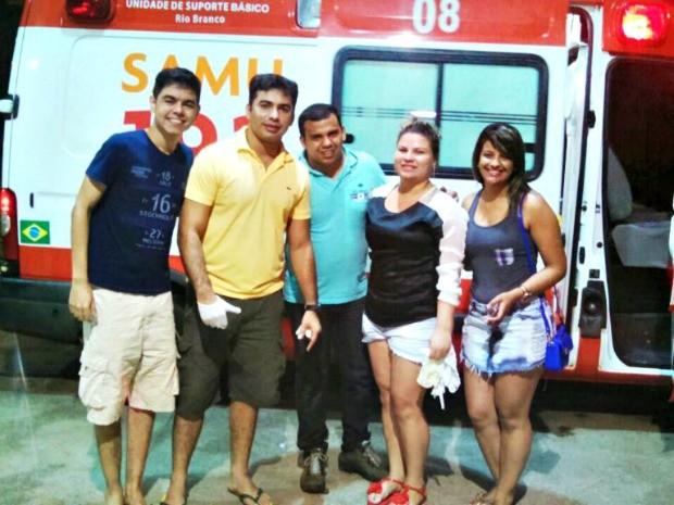 Deivid Braga (de amarelo) e outros quatro amigos fizeram o parto em um posto de combustível (Foto: Deivid Braga/Arquivo Pessoal)