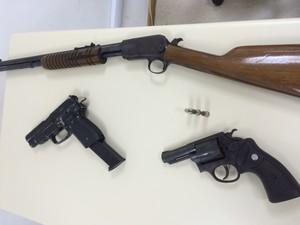 Armas foram apreendidas com suspeitos, segundo a polícia (Foto: Mariana Cardoso/G1)