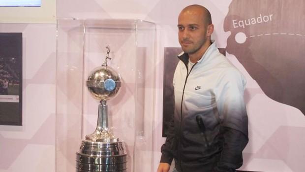 Alessandro com a taça da Libertadores Corinthians (Foto: Leandro Canonico / Globoesporte.com)