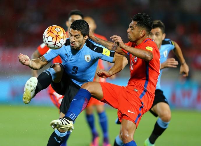 Gonzalo Jara e Luis Suárez Uruguai x Chile (Foto: Reuters)