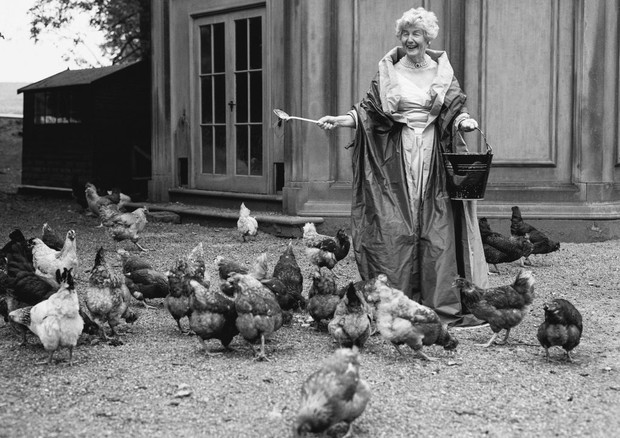 """""""A duquesa de Devonshire alimentando suas galinhas, Chatsworth, Inglaterra, 1995"""" (Foto: Reprodução)"""