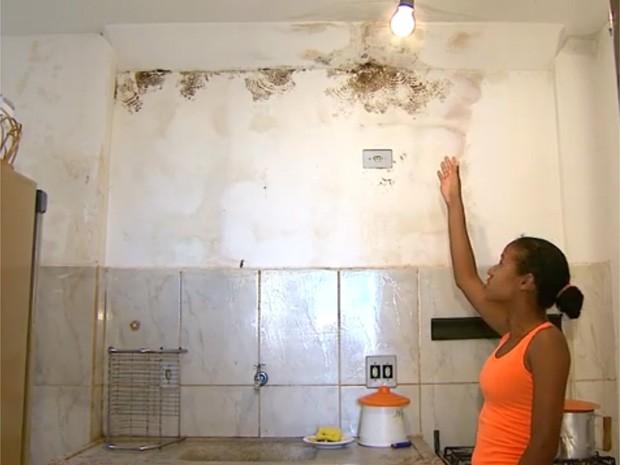 Moradora aponta infiltrações no teto e na parede do apartamento em Barretos, SP (Foto: Reprodução/EPTV)