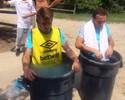Jogadores do West Ham entram em baldes com gelo para suportar o calor