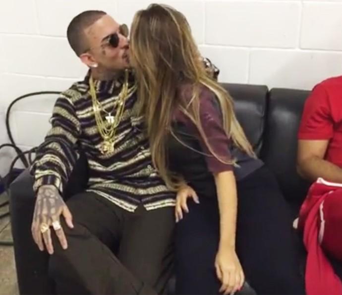 Quanto amor! Lexa atende o público e dá beijinho em Guimê  (Foto: Gshow)