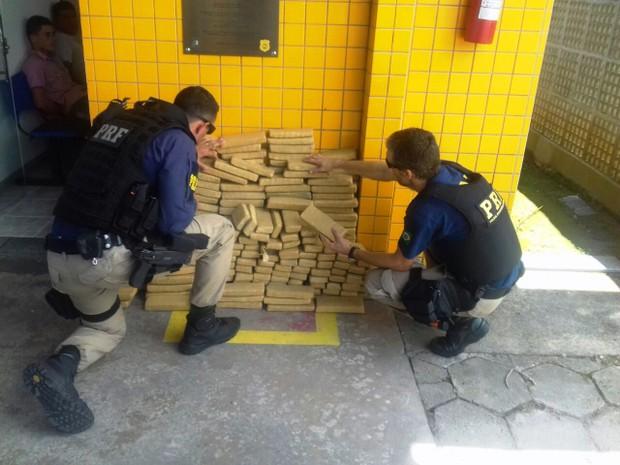 Drogas foram apreendidas durante operação da PRF, em Cajati (Foto: Divulgação/PRF)