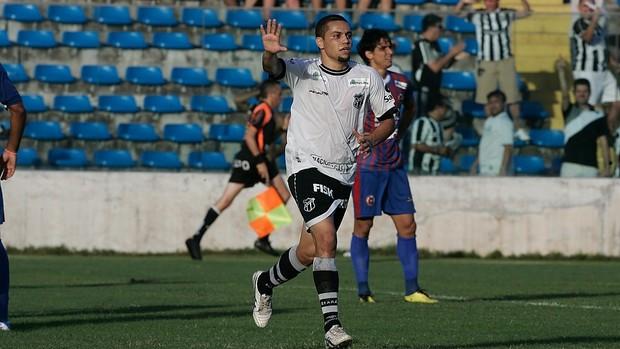 Felipe Azevedo comemora gol contra Tiradentes pelo Campeonato Cearense 2012 (Foto: Kiko Silva/Agência Diário)