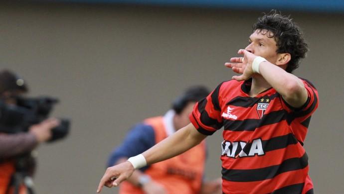 Junior Viçosa gol Atlético-GO (Foto: Carlos Costa / Ag. Estado)