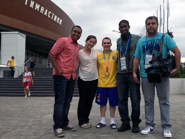 Equipe do Globo Universidade com o campeão olímpico e bicampeão da Universíade Arthur Zanetti (Foto: Divulgação)