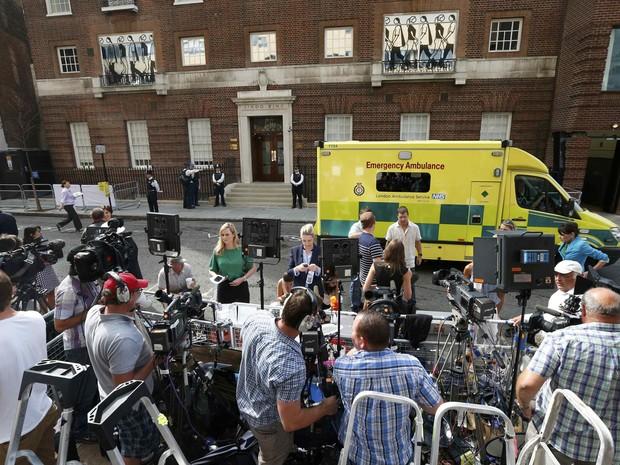 Movimentação da imprensa em frente à ala Lindo do hospital St. Mary, em londres, na Inglaterra (Foto: Suzanne Plunkett/ Reuters)