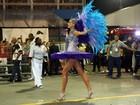Ana Hickmann exibe suas longas pernas no sambódromo de São Paulo