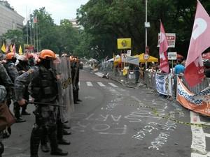Protesto em frente à Assembleia do RS (Foto: Guacira Merlin/RBS TV)